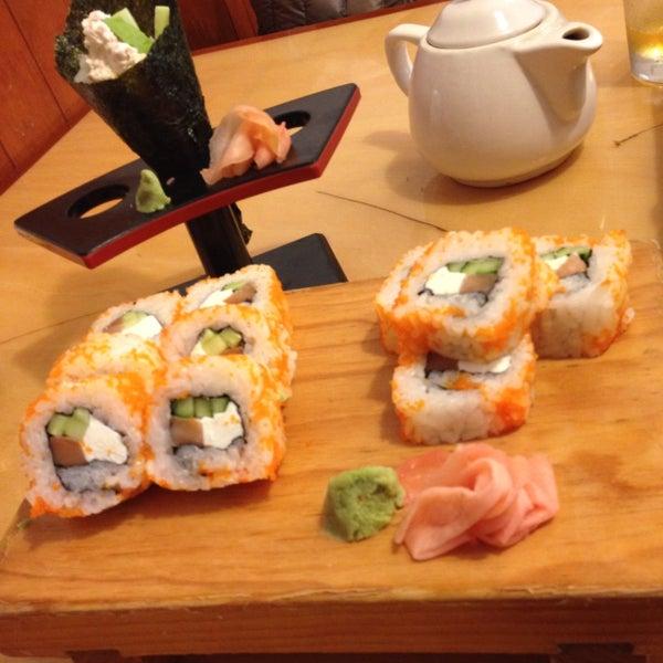Cocina japonesa tradicional, yakimeshi de lo mejor jamás pensé decirlo, rollos grandes pero perfectos y las gyozas de las mejores que he comido. El tempura normal pero en general muy recomendable