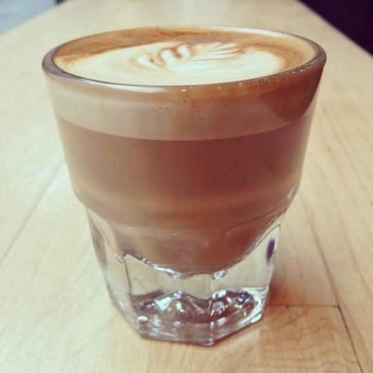 Снимок сделан в Blue Bottle Coffee пользователем EatMeDrinkMeNYC 11/7/2012