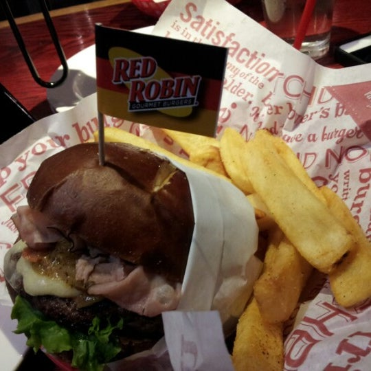 Photo taken at Red Robin Gourmet Burgers by Rx A. on 11/2/2012
