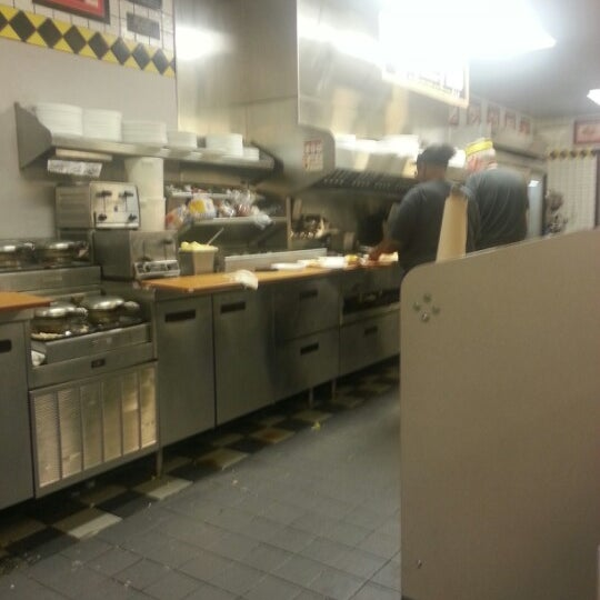 Photo taken at Waffle House by Robt K. on 9/30/2012