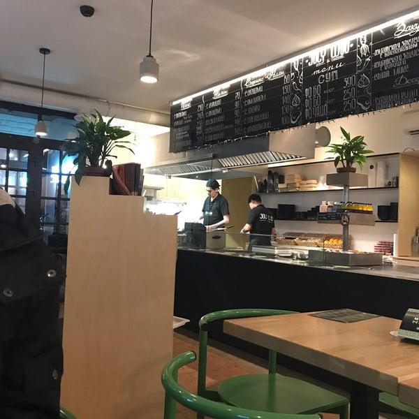 Снимок сделан в Joly Woo Стрит-фуд кафе вьетнамской кухни пользователем Алиса К. 1/11/2018