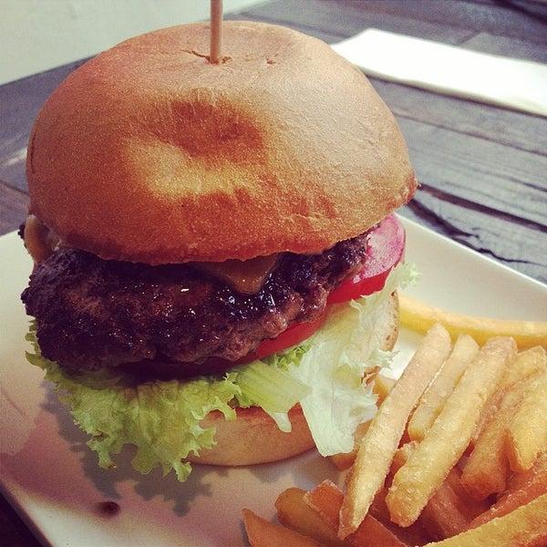 Das Foto wurde bei Holy Burger von Mustafa I. am 5/28/2014 aufgenommen
