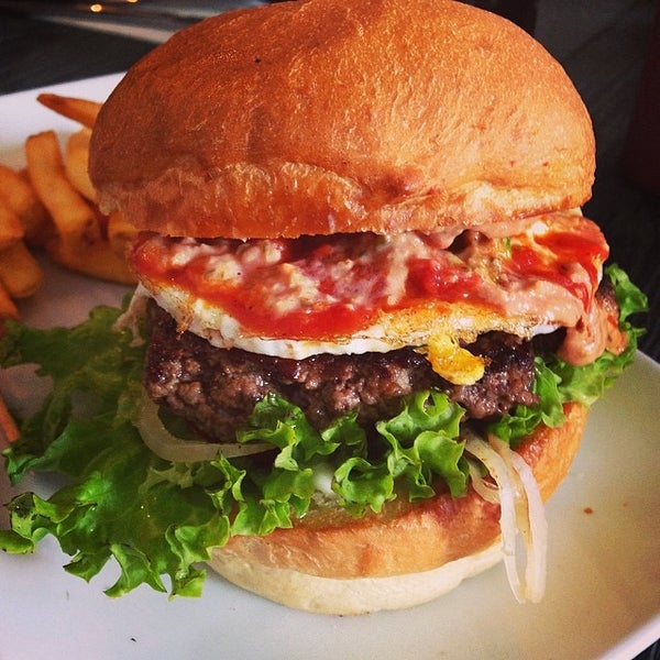 Das Foto wurde bei Holy Burger von Mustafa I. am 5/16/2014 aufgenommen