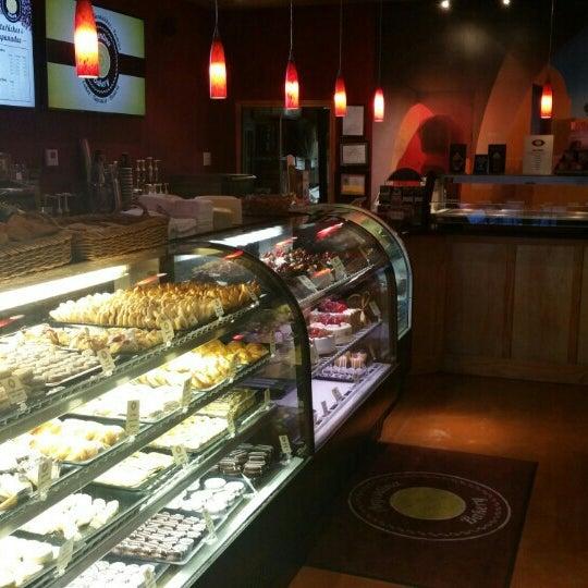 9/24/2015 tarihinde Randall A.ziyaretçi tarafından Argentina Bakery'de çekilen fotoğraf