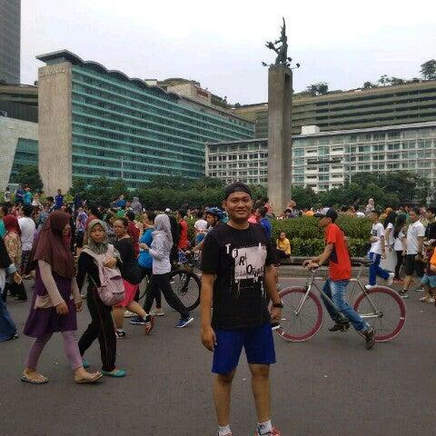 Photo taken at Bundaran Hotel Indonesia (Monumen Selamat Datang) by Rizal D. on 5/14/2017