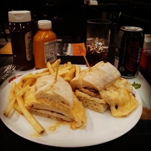 Foto tirada no(a) Brasil Burger por Cassiano B. em 11/12/2013