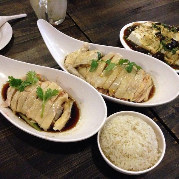 Photo taken at 五星海南鸡饭 | Five Star Hainanese Chicken Rice by Paul on 9/7/2014