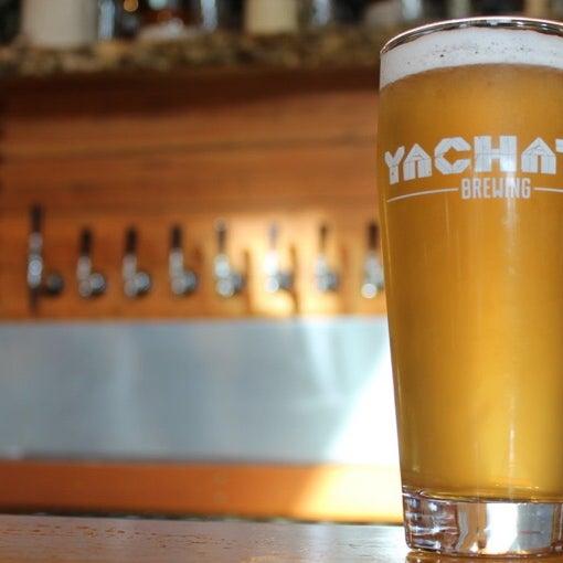 4/15/2016 tarihinde Yachats Brewing + Farmstoreziyaretçi tarafından Yachats Brewing + Farmstore'de çekilen fotoğraf