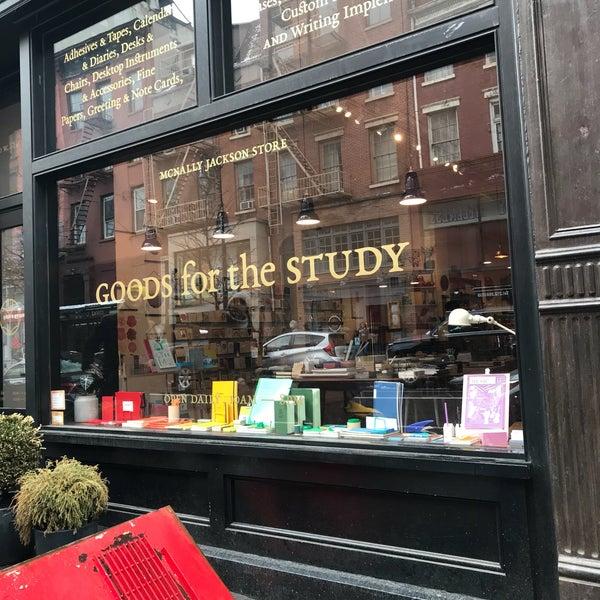 Das Foto wurde bei McNally Jackson Store: Goods for the Study von Jim W. am 4/2/2018 aufgenommen