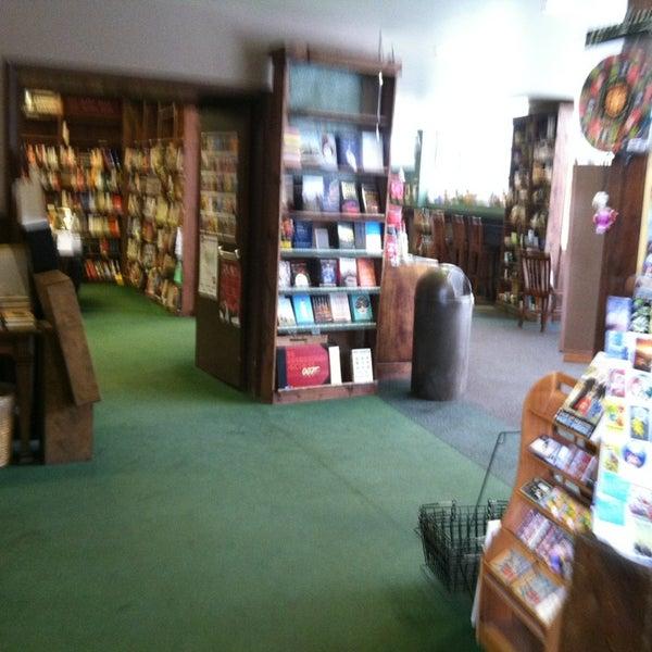 รูปภาพถ่ายที่ Tattered Cover Bookstore โดย Marcus G. เมื่อ 6/24/2013