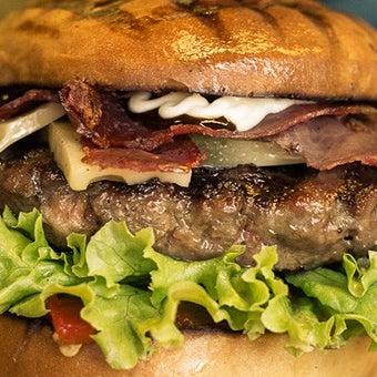 Beşiktaş'ın yeni nesil esnafı, kalın ve ortası sulu burger etlerini çeşit çeşit sos ve peynirle donatıyor. 13. Time Out İstanbul ile Birlikte Hayata Yeme İçme Ödülleri'nde En İyi Burger adayı!