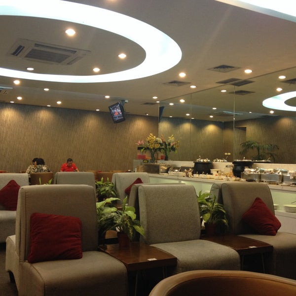 Photo taken at Citibank Lounge by Terng L. on 10/22/2015