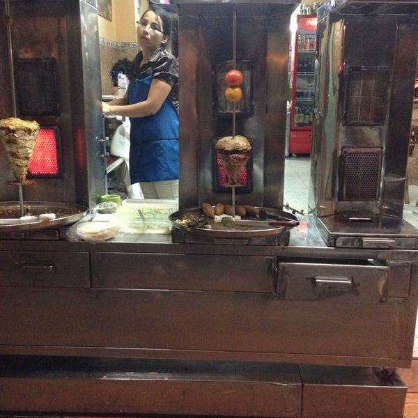 Variedad de sabores de Shawarma y salsas. Lomo, Pollo, Pavo.