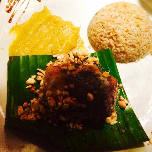 O peixe servido na folha de bananeira com purê de banana da terra e arroz madeira é muito bom. Procure pelo garçom Eri!
