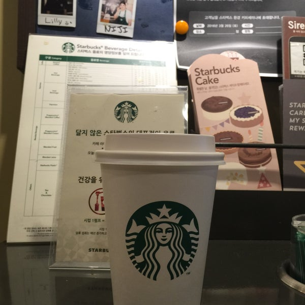 Photo taken at Starbucks by 김 개. on 3/18/2016