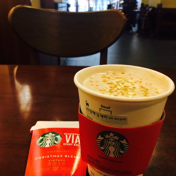Photo taken at Starbucks by 김 개. on 10/29/2016