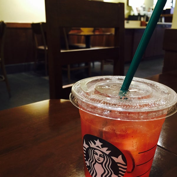 Photo taken at Starbucks by 김 개. on 4/22/2016