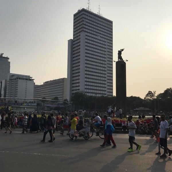 Photo taken at Bundaran Hotel Indonesia (Monumen Selamat Datang) by Muhammad E. on 7/9/2017
