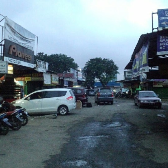 Photo taken at Pasar Mobil Kemayoran by Kevin S. on 2/1/2014