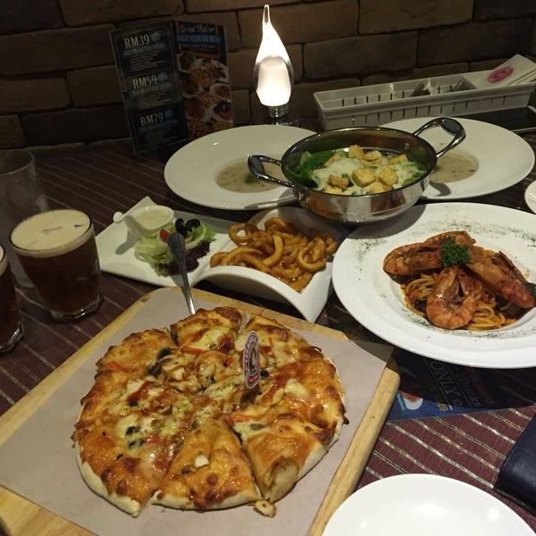 Photo taken at Pizzaiola by Terence C. on 5/2/2016