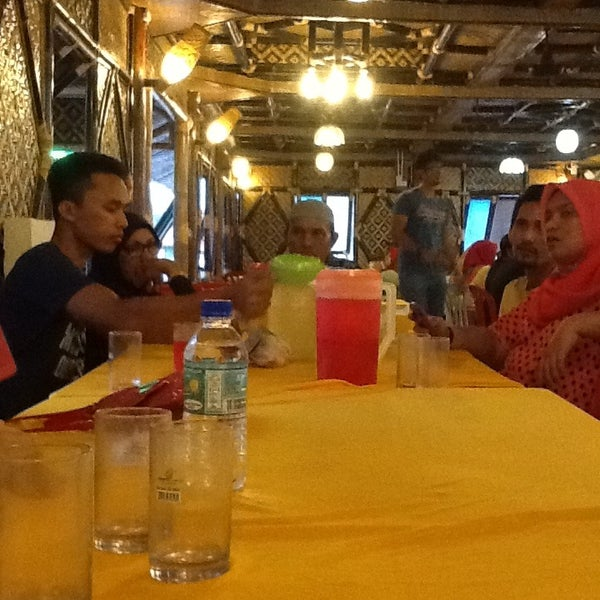 Photo taken at Aroma Ikan Bakar by Khairul Arif A. on 12/30/2012