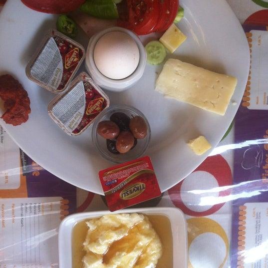Kahvalti tabağı vasat, bal kaymak'in kaymağı yaz nedeniyle erimiş, Menemen ve gözlemeler guzel ;)