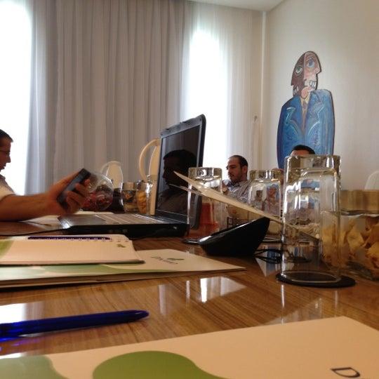 Foto tirada no(a) BEING por Bosco C. em 6/28/2012