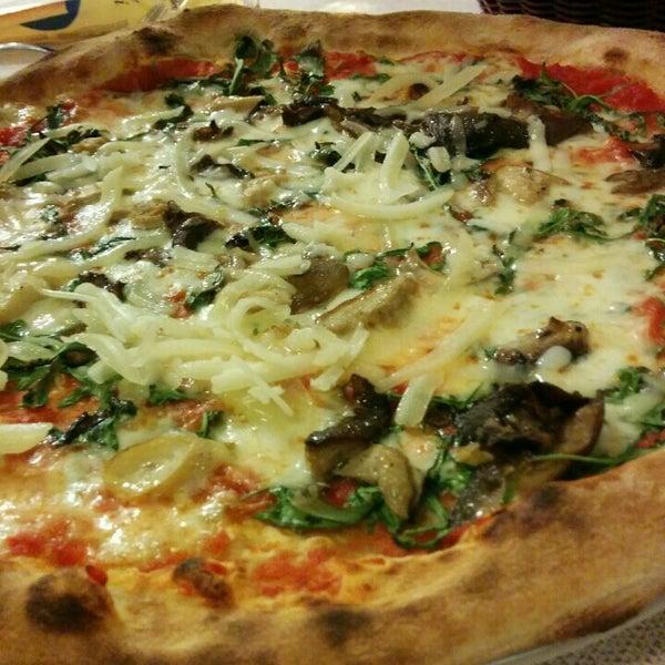 Photo prise au Pizzeria Cin Cin par お か だ. le3/12/2016