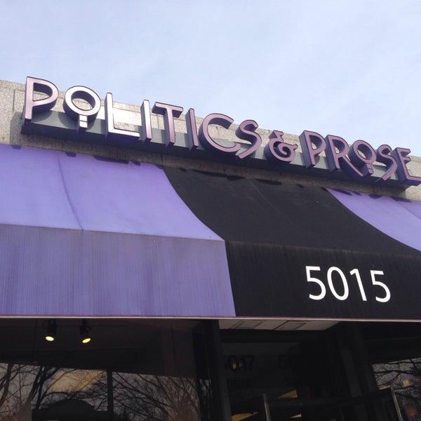 Foto tirada no(a) Politics & Prose Bookstore por Andre W. em 3/22/2014