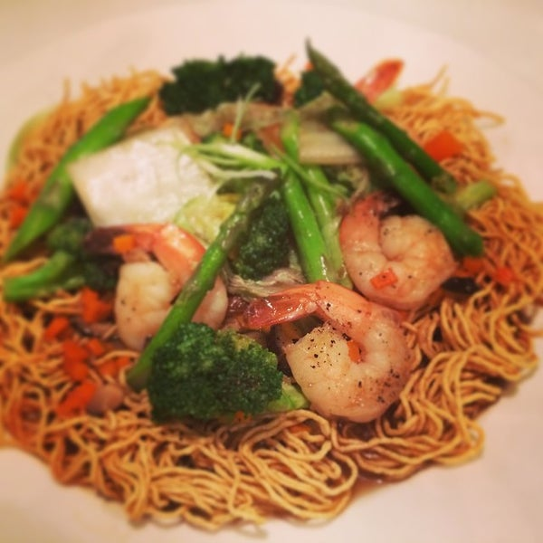 Photo taken at Yumm Thai : Sushi and Beyond by Paul V. on 8/21/2014