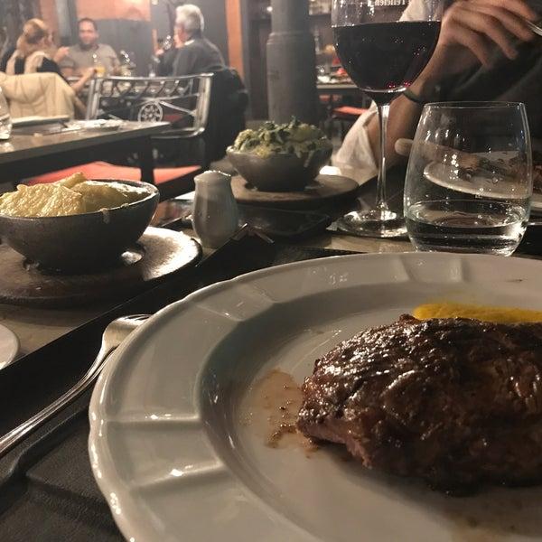 El corte bife de chorizo (clásico de la Cabaña)las papas y espinacas a la crema gratinadas... riquísimo, además el restaurante lindo y la atención muy buena 👍🏼