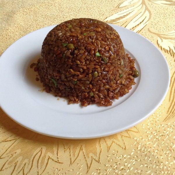 Двухсотграммовая порция риса по-индонезийски гораздо сытнее, чем кажется на первый взгляд. Очень вкусно, но лучше заказывать порцию на двоих :)