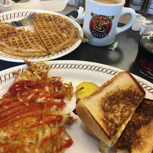 Photo taken at Waffle House by Lorena F. on 12/31/2015