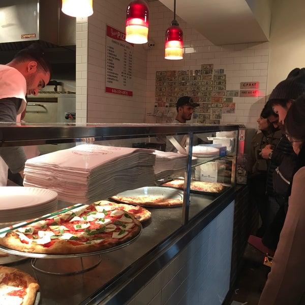 Foto tomada en Joe's Pizza por Meepok C. el 11/24/2017