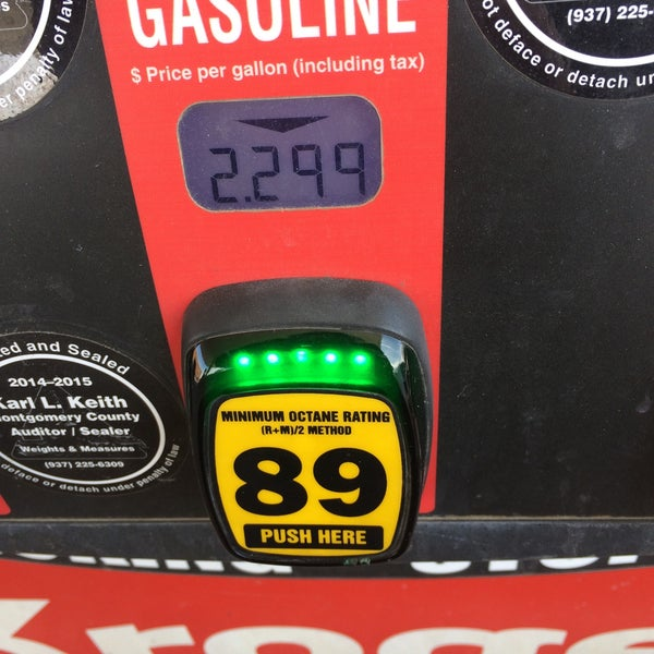 Photo taken at Kroger Fuel Center by Lesley on 3/29/2015
