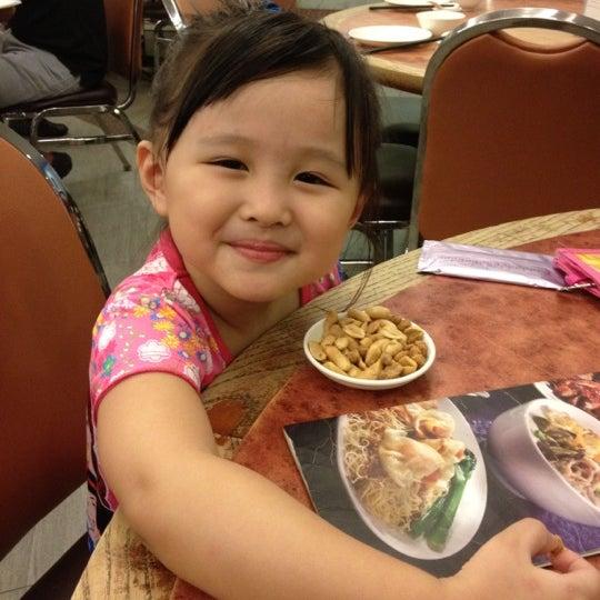 Photo taken at Crystal Jade Kitchen 翡翠小厨 by Maggie Q. on 2/12/2012