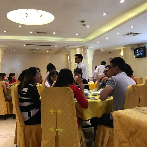 Photo taken at Hoằng Long Restaurant by show444 on 2/6/2017