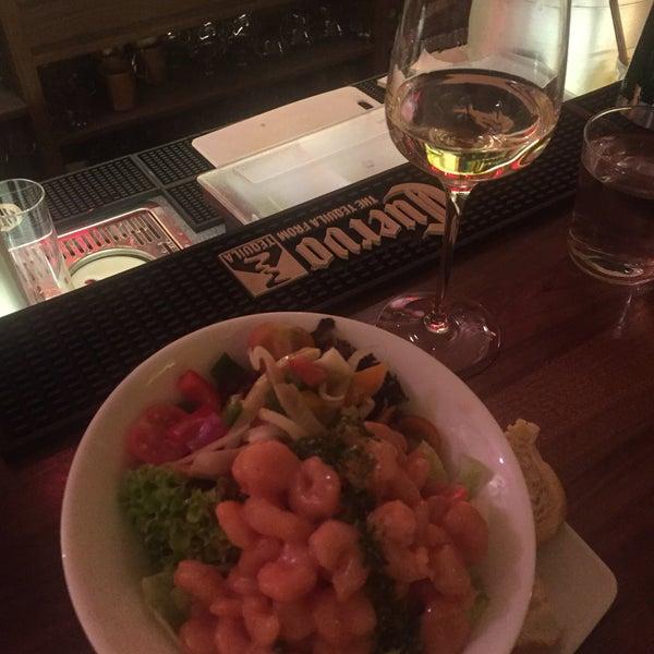 Das Foto wurde bei Shrimps Bar & Restaurant von Okan E. am 2/26/2017 aufgenommen