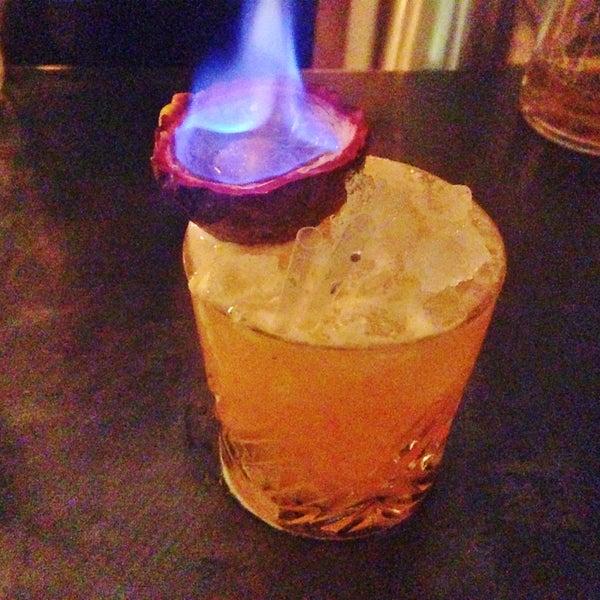 des cocktails originaux qui te sortent de l'infernal trio mojito, caïpi, cosmo. carte des grignotages au top niveau. une adresse coup de cœur.
