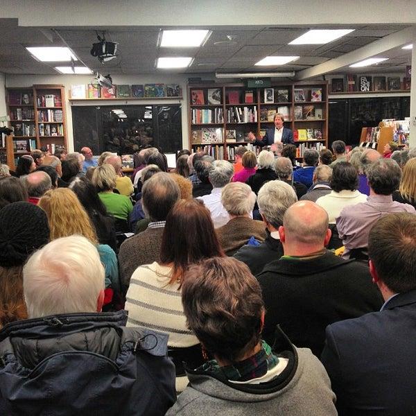Foto tirada no(a) Politics & Prose Bookstore por Greg L. em 2/2/2013