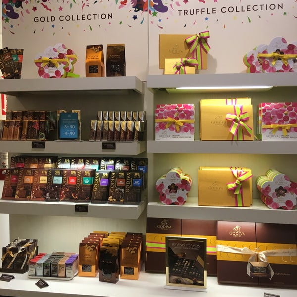 Photo taken at Godiva Chocolatier by Esraa on 5/10/2016