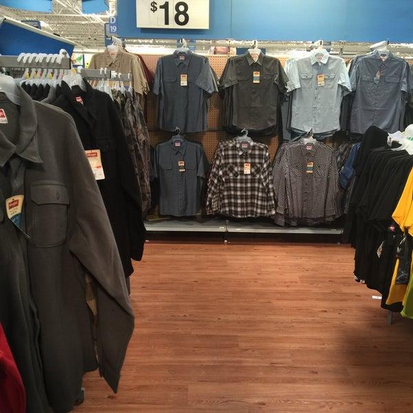 """Das Foto wurde bei Walmart von 💥Gregory """"Gee Dub"""" W. am 2/13/2015 aufgenommen"""