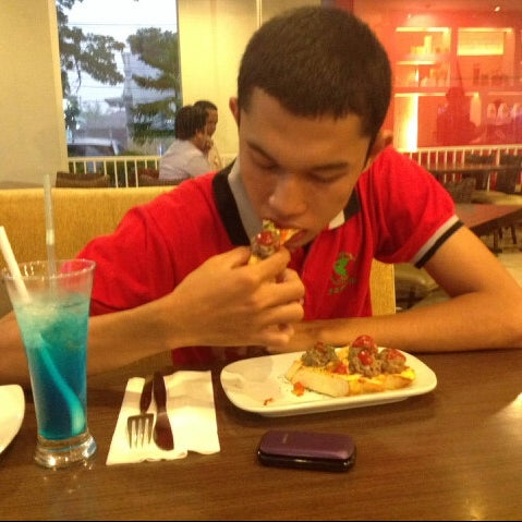 Photo taken at Pizza Hut by Ade S. on 2/2/2014