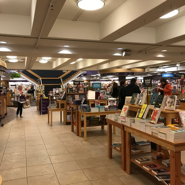 Photo taken at University Bookstore by ぱいん on 2/10/2018