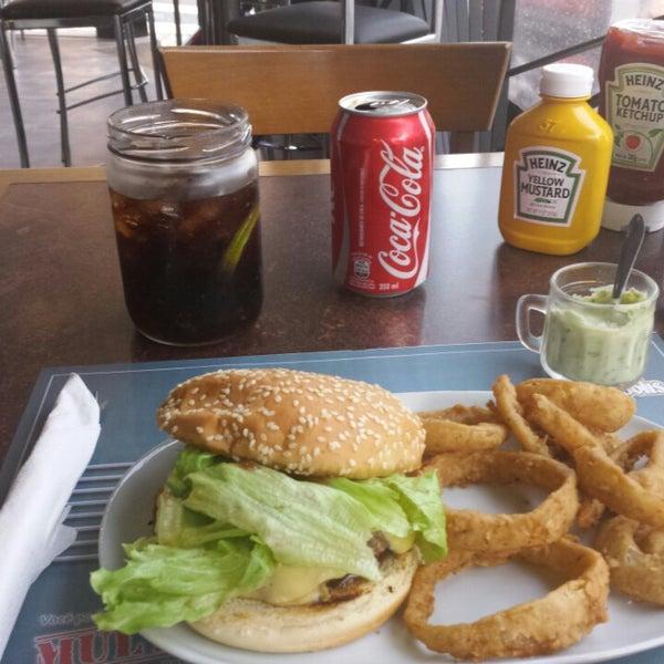 Foto tirada no(a) V8 Burger & Beer por Éverton S. em 1/12/2015