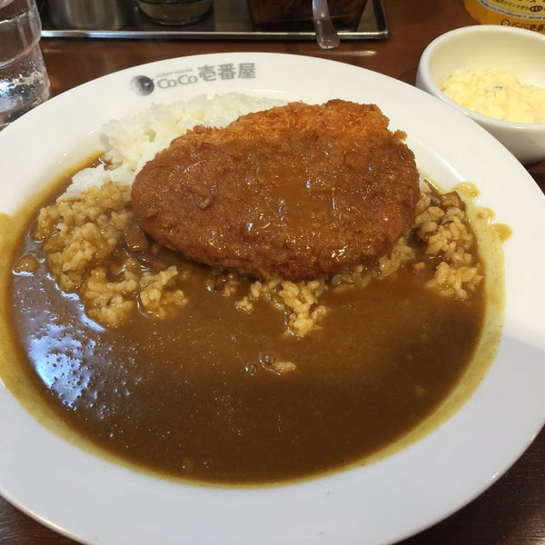 Photo taken at CoCo Ichibanya by Val W. on 5/24/2016