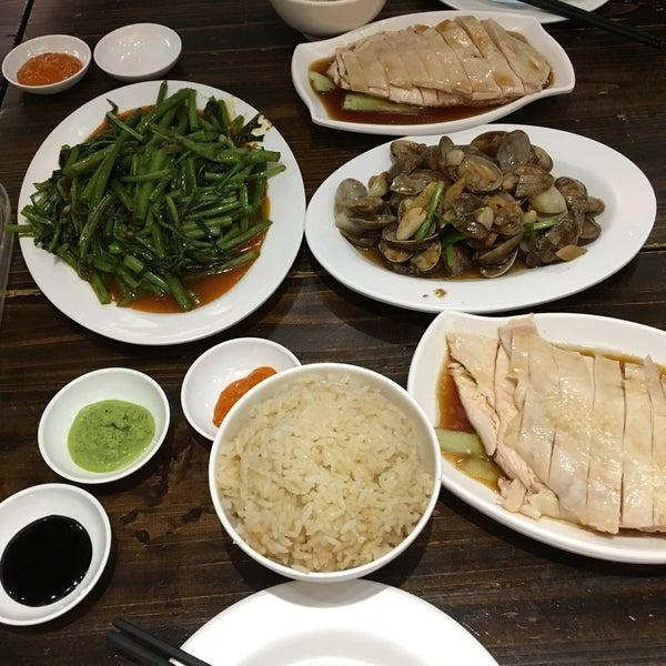 Photo taken at 五星海南鸡饭 | Five Star Hainanese Chicken Rice by Kan L. on 6/4/2016