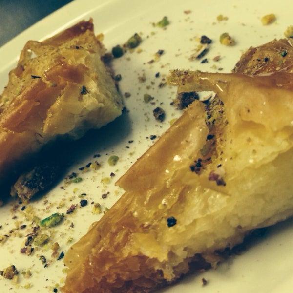 Photo prise au Makara Charcoal Grill & Meze par Samet E. le1/31/2014