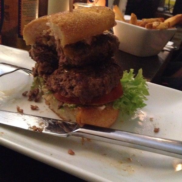 Das Foto wurde bei Holy Burger von Nica am 2/20/2014 aufgenommen