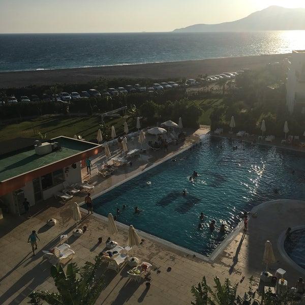 รูปภาพถ่ายที่ Ulu Resort Hotel โดย Merve K. เมื่อ 8/26/2017